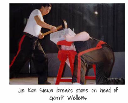 Jie Kon Sieuw breaks stone on head of Gerrit Wellens
